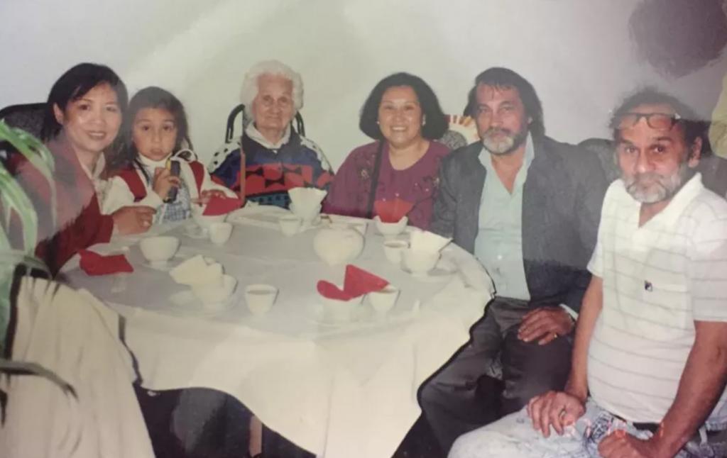 Гарри Элмс со своей семьей (справа)